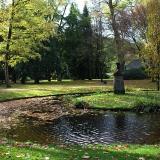 Garteninsel mit Podest und Vase im  landschaftlichen Stil gehaltenen Forstgarten in Kleve