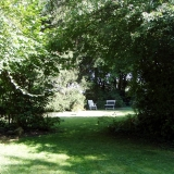 Blick auf eine Sitzgruppe in einem verwilderten Privatgarten